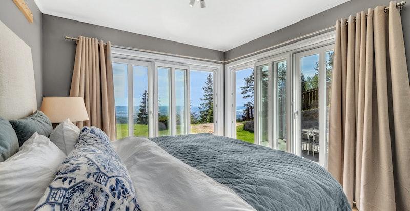 Fire fine soverom, hvorav ett med utgang til terreng/hage