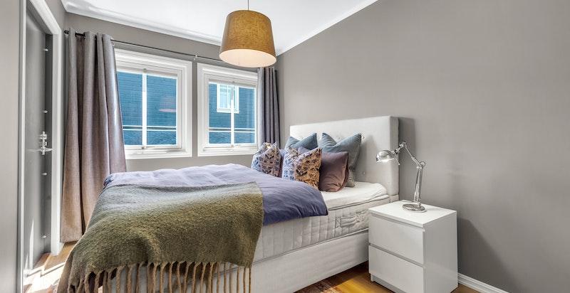 Har familien praktikant boende, kan det innerste soverommet settes av da rommet har separat inngang og eget bad