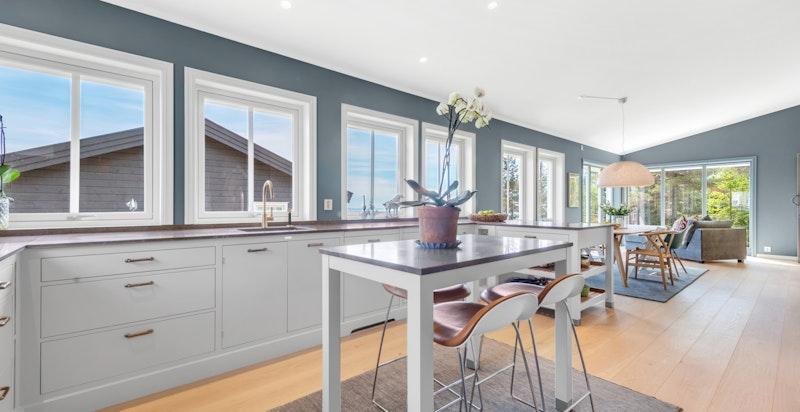 Kjøkken i åpen planløsning mot spisestue og stue