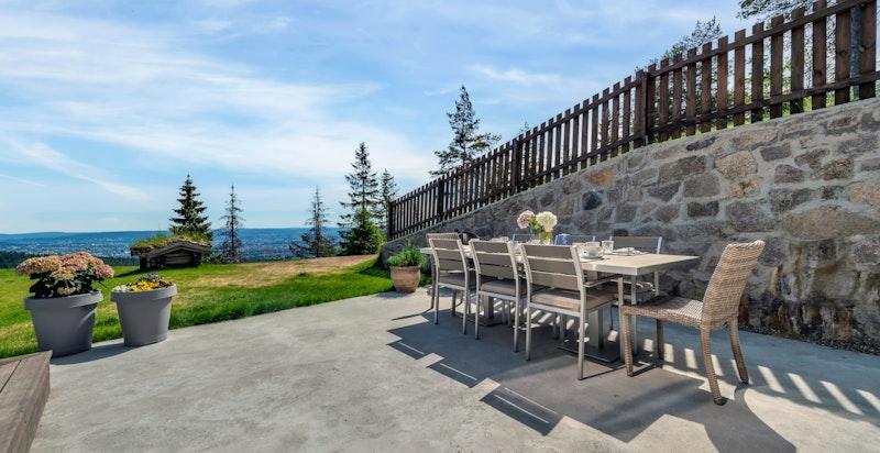 Solrike og hyggelige uteområder med god plass til hagemøbler