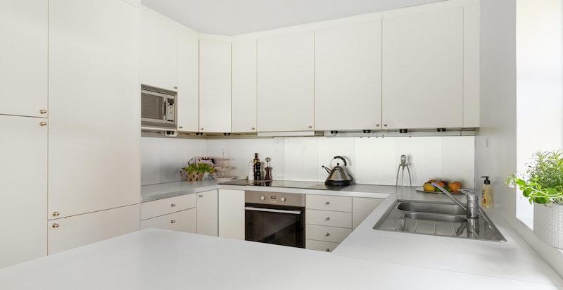 Spisekjøkken med kjøkkeninnredning fra IKEA med laminat benkeplate