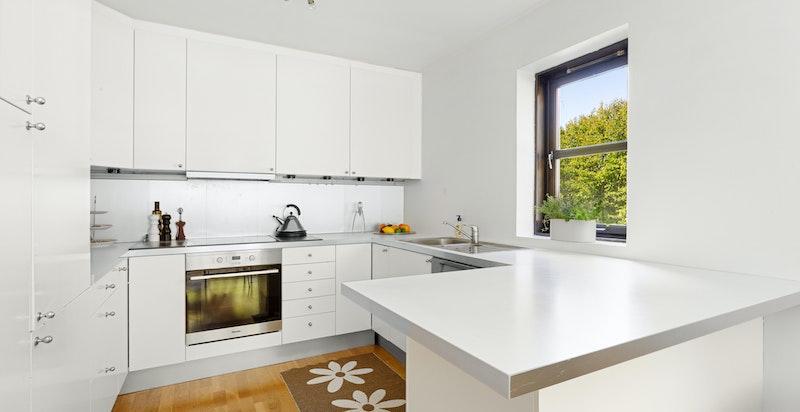 Kjøkkenet er utstyrt med induksjon koketopp (2016), stekeovn (2016), kjøl og frys, samt oppvaskmaskin (2013)
