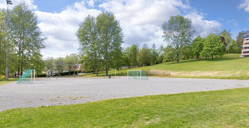 Fotballbane, volleyballbane og treningsapparater to minutters gange fra huset
