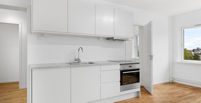Nytt kjøkken fra HTH med integrert oppvaskmaskin, stekeovn og platetopp.
