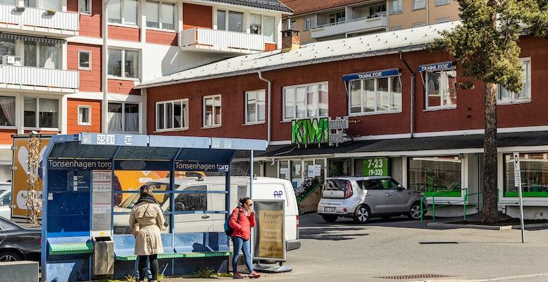 Kun 5 minutters gange til dagligvarebutikk, kafè og bussholdeplass på Tonsenhagen.