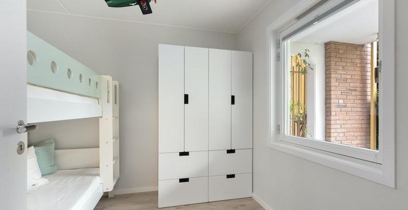 Soverom 2  - plass til stor seng og garderobeskap
