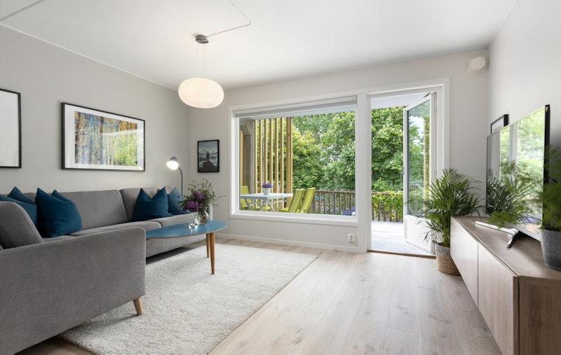 Stue med god plass til sofagruppe og medievegg