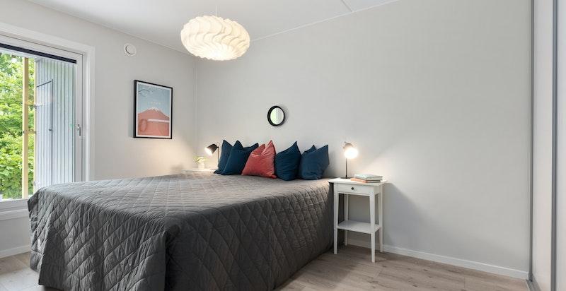 Hovedsoverommet har stort innebygget garderobeskap og god plass til dobbeltseng og tilhørende møblement.