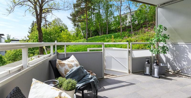 Solrik balkong med utgang til felles hage