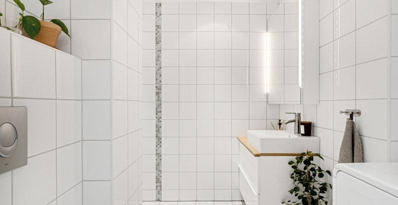 Helfliset baderom med romslig dusj