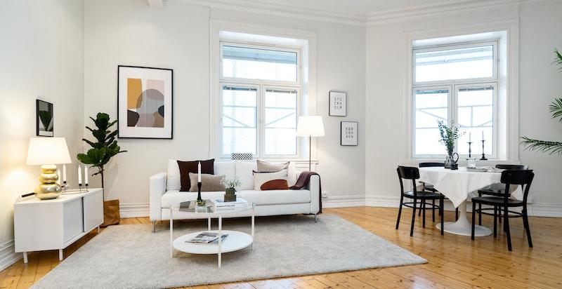Stor stue med plass for spisebord og sofagruppe.