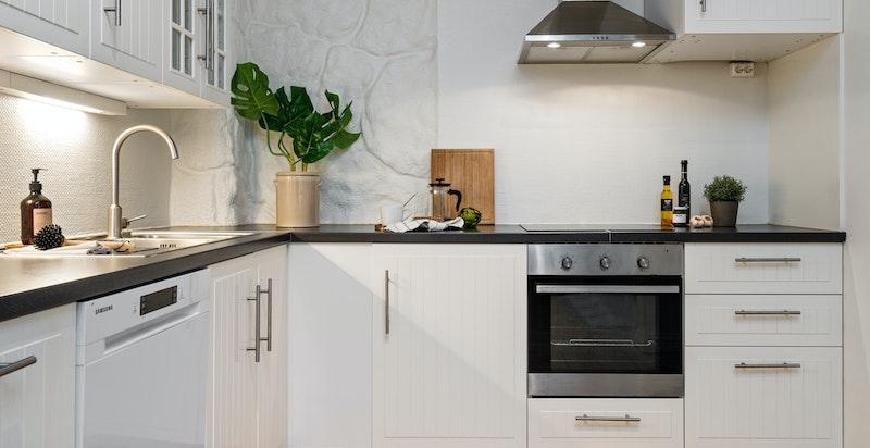 Kjøkkeninnredning og integrerte hvitevarer fra 2013, frittstående oppvaskmaskin fra 2018.