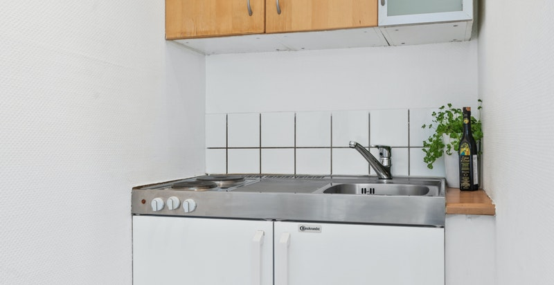 Fliser mellom kjøkkenbenk og overskap