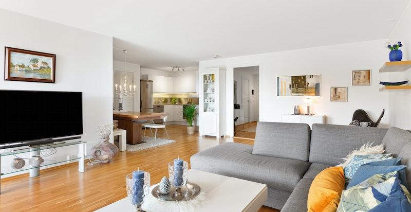 Stor og lys stue med god plass til sittegruppe og spisebord