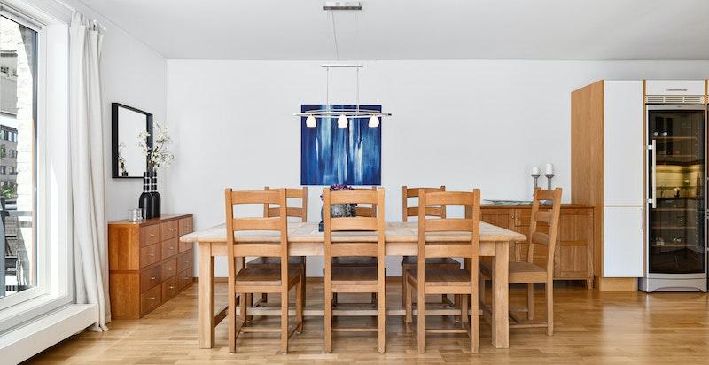 God plass for stor spisestue med plass for mange til bords
