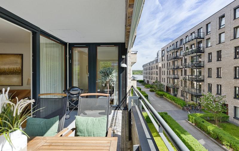 Romslig balkong med sol fra morgen, via dagtid til godt utpå kvelden. Sjøutsyn.