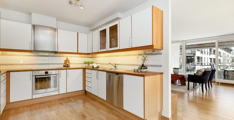 Innholdsrikt kjøkken fra Norema - rikelig med skapplass og benkeplass