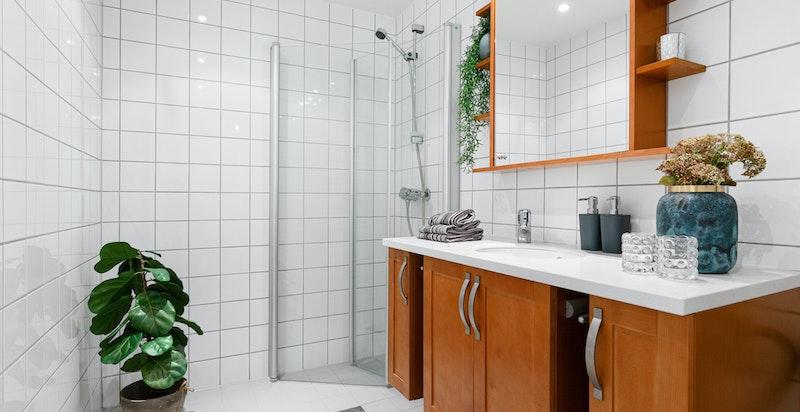Pent bad med vannbåren varme i gulvene, inkludert i felleskostnader