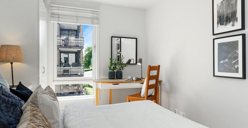 Hovedsoverom med god plass for stor seng og godt med skapplass