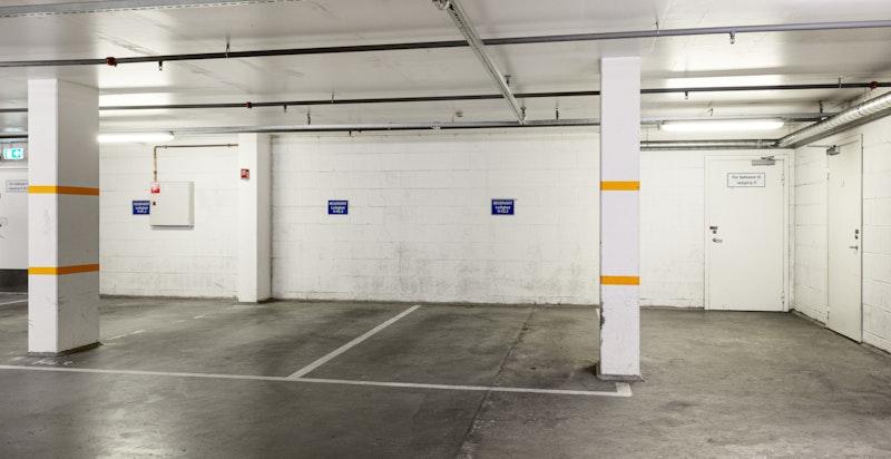 Medfølgende garasjeplass med direkte innvendig adkomst via heis