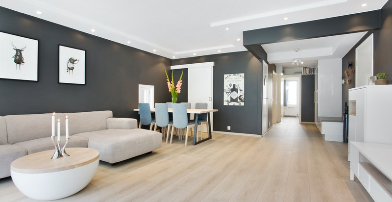 Stuen har flere møbleringsmuligheter og endeleilighet har vindu ved spisestuen