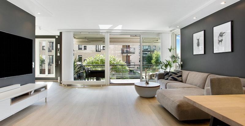 Romslig stue med god bredde og fin plass for både salong og spisebord