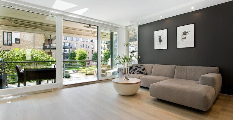 Romslig stue med særegne vindusdetaljer