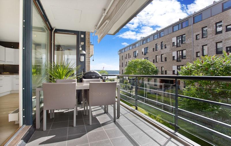 Romslig sydvendt balkong med sjøutsyn og sol fra morgen, via dagtid til rundt kl 18.30 på det lyseste
