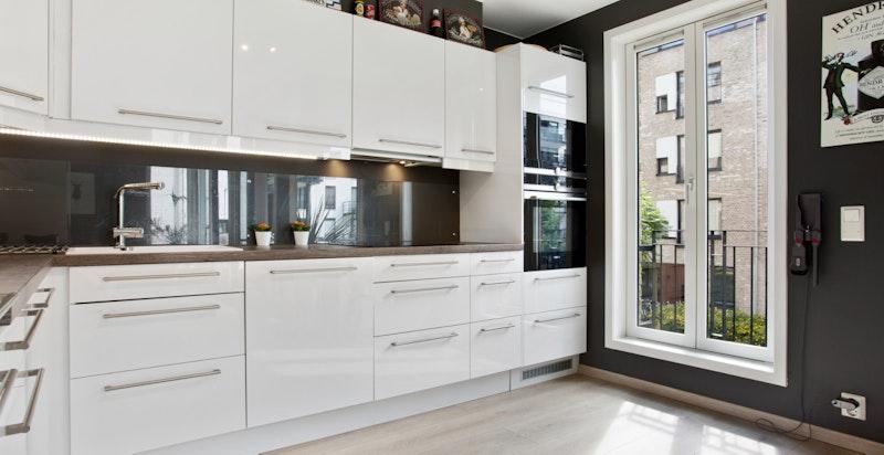 Kjøkkenet har en egen fransk balkong og plass for et lite spisebord