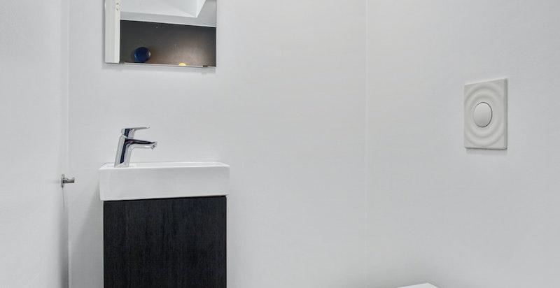 Gjeste-wc med ekstra toalett og servant
