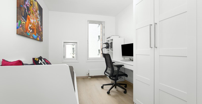 Soverom 2 er romslig og har plass for både god seng, skrivebordspult og skap