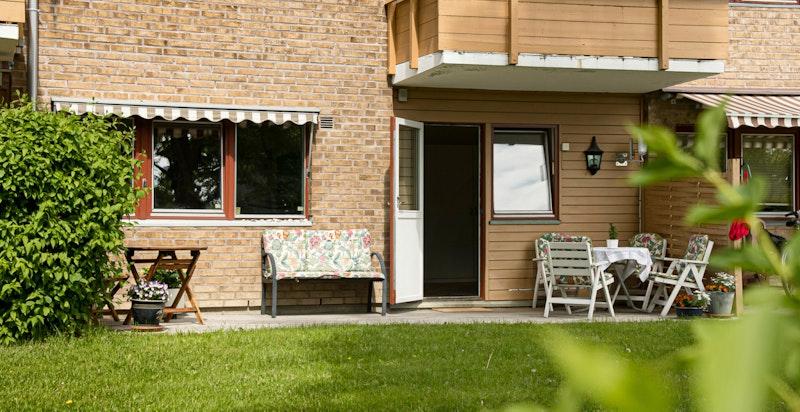 Sameiet har en pent opparbeidet fellestomt og fra boligen er det direkte utgang til gressplen.