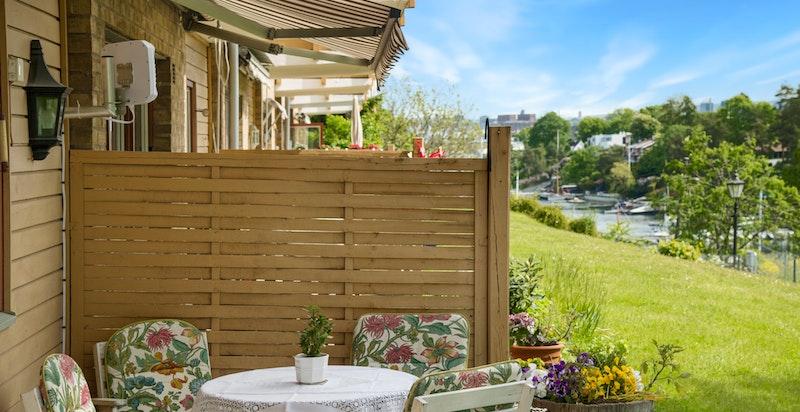 Fra terrassen har du hyggelig utsyn mot Langviksbukta.