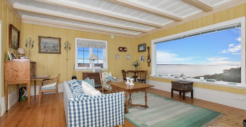 Stue med ildsteder og store vindusflater