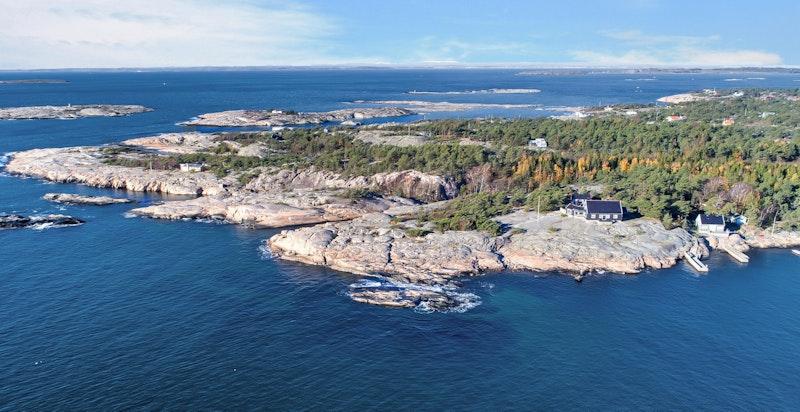 Dronefoto fra syd/øst. Eiendommen ligger usjenert og fint til med sol hele dagen