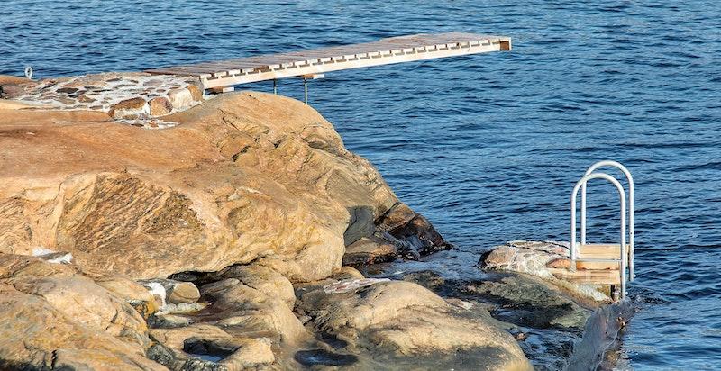 Egen badeplass med stige og steintrapp