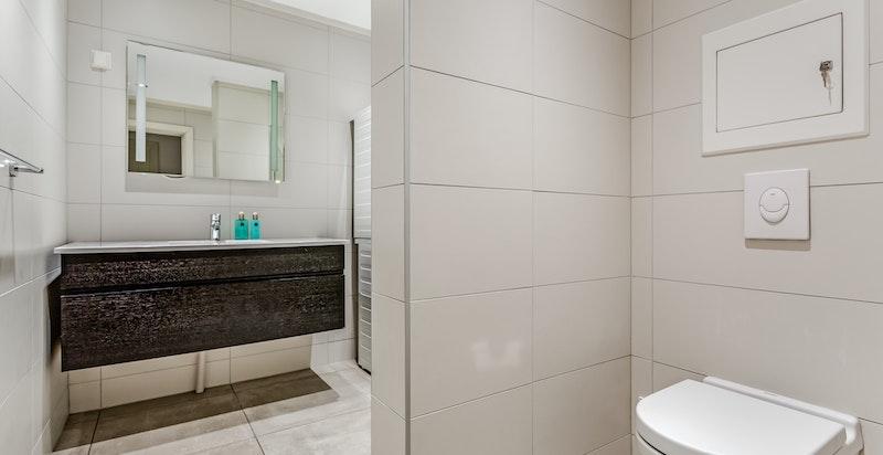 Hovedbad med dusj og toalett.