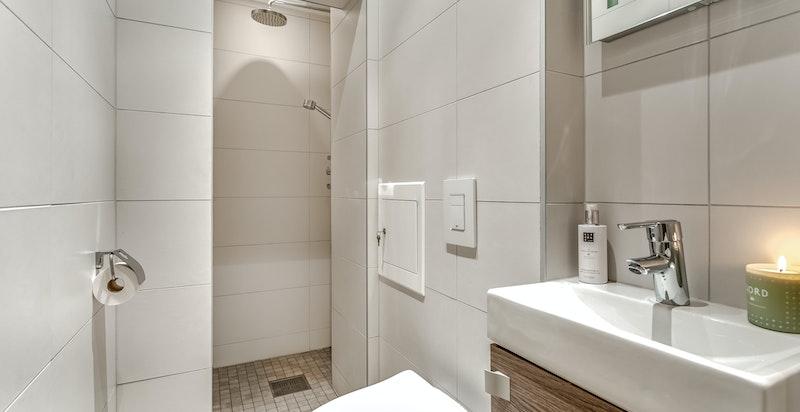 Bad nr 2 med toalett og dusjnisje.