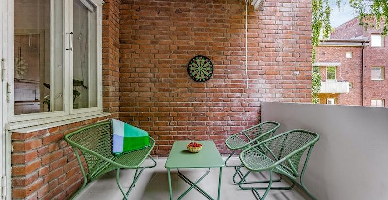 Balkongen har plass til både hyggelig sittegruppe men også til langbord med hyggelige middager og gode venner.