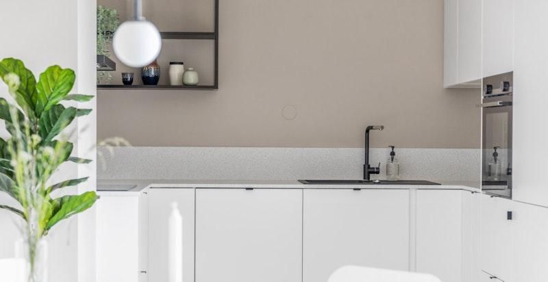 Moderne kjøkken med integrerte hvitevarer.