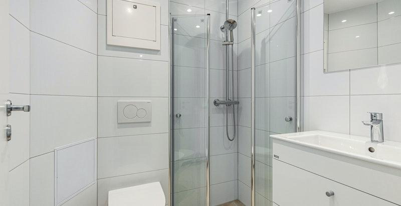 Badet er utstyrt med flott baderomsinnredning med oppbevaringsplass i to skuffer, heldekkende servant og ettgreps blandebatteri.