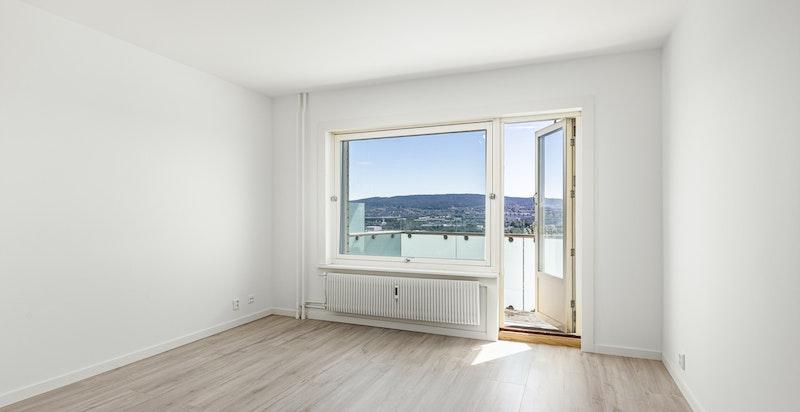 Lys og romslig stue med gode lysforhold.