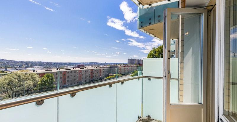 Nyoppusset og lekker 3-roms selveier med solrik balkong, utsikt, parkering og god standard.