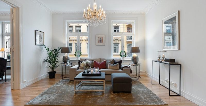 Nydelig stue med god takhøyde, rosetter og stukkaturer og peis