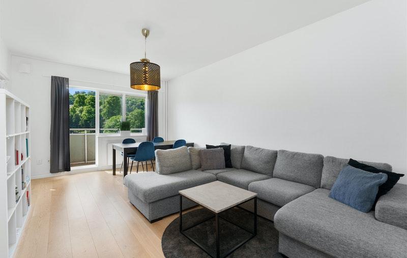 Lys og tiltalende 3-roms med veranda og heis. Her bor du i kort gangavstand til mye av det beste Oslo kan by på