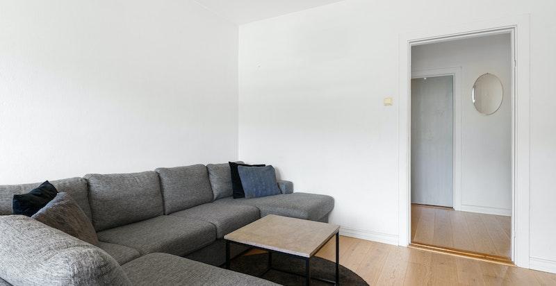 Leiligheten ble pusset opp i 2016, dvs. nye gulv i flere rom, nymalte overflater og nytt kjøkken