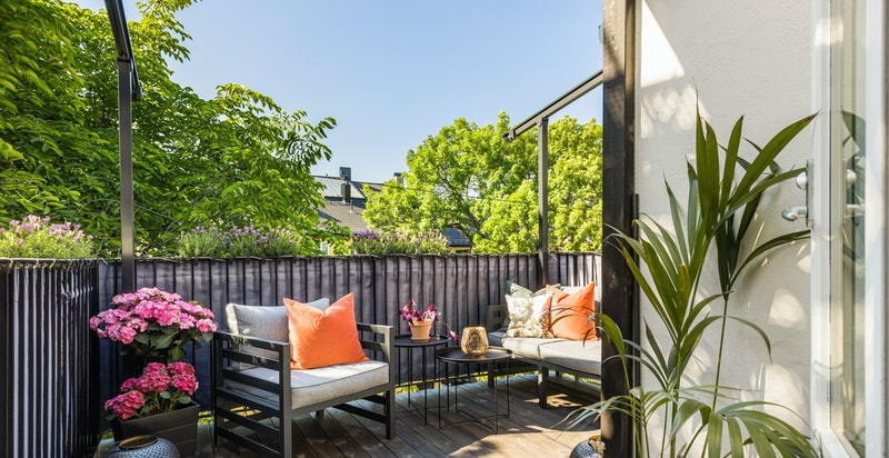 Herlig, solrik og skjermet terrasse på 10 kvm mot stort indre grønt gårdsrom
