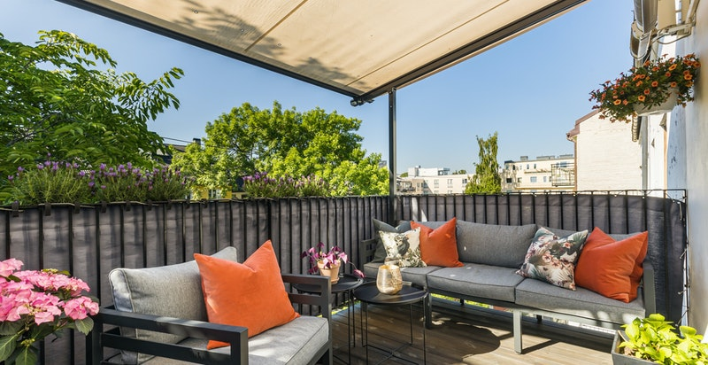 Elektrisk pergola med seil og varmelamper sikrer lange kvelder på terrassen langt utover høsten
