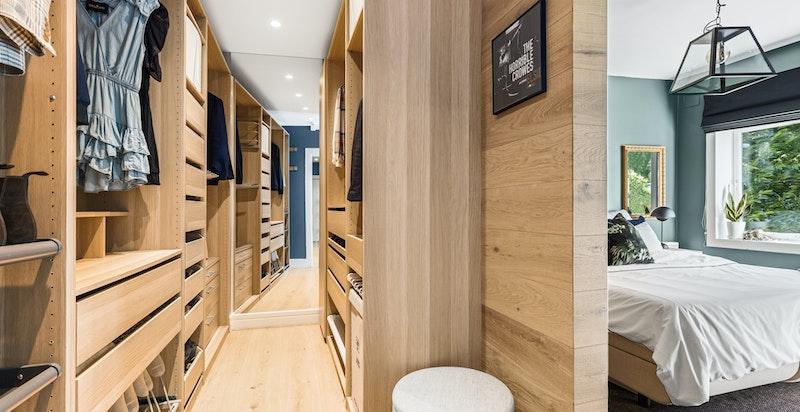 Garderoberommet har effektive innredningsløsninger fra gulv til tak