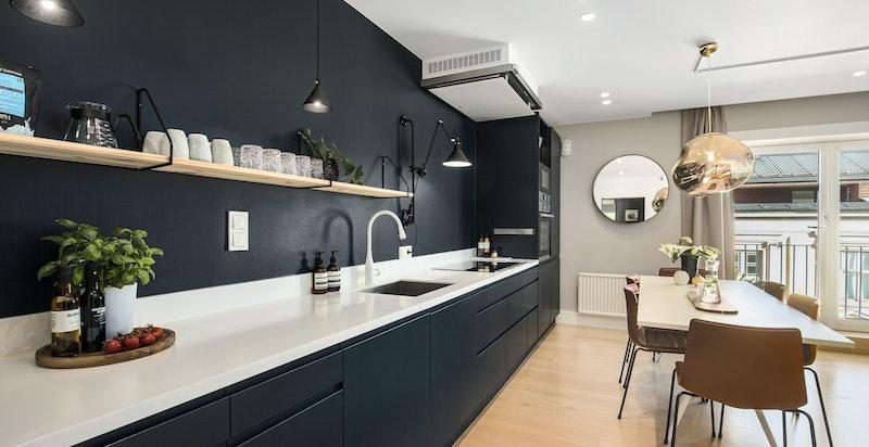 Kjøkkenet har integrerte hvitevarer som er toppmodeller fra Bosch og corian kjøkkenbenk
